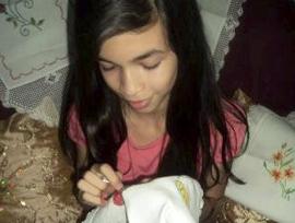 Aos 11 anos, menina empreendedora faz artesanato para pagar faculdade